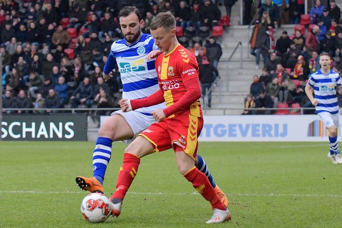 Giannis Mystakidis (links) in actie tegen Go Ahead Eagles.