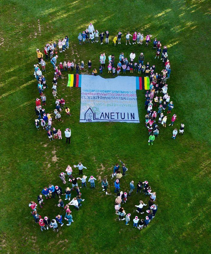 De leerlingen van De Lanetuin maakten een grote WK-trui.