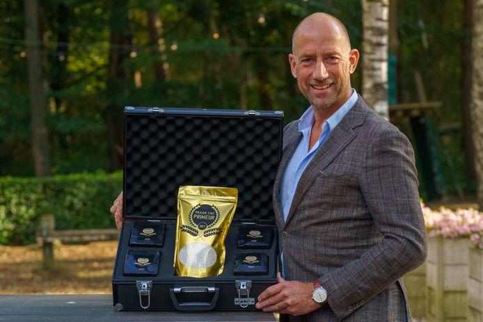 Bert van Zijtveld met het koffertje bijzondere tarwe dat hij woensdag bij de Tweede Kamer aanbiedt.