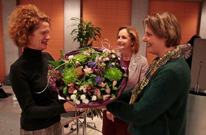 Bloemen voor de nieuwe kinderombudsman Stans Goudsmit (links).