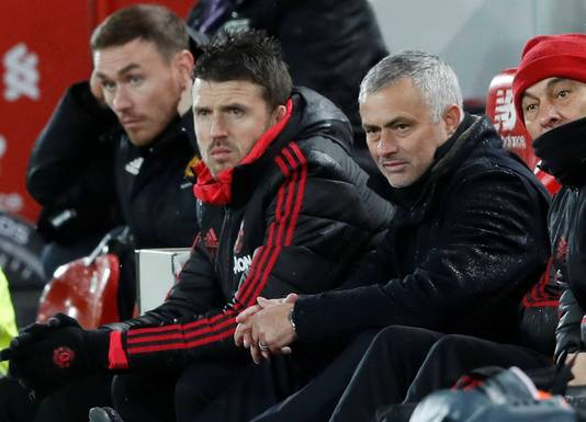 José Mourinho met assistent Michael Carrick, die vrijwel zeker voorlopig de honneurs gaat waarnemen op Old Trafford.