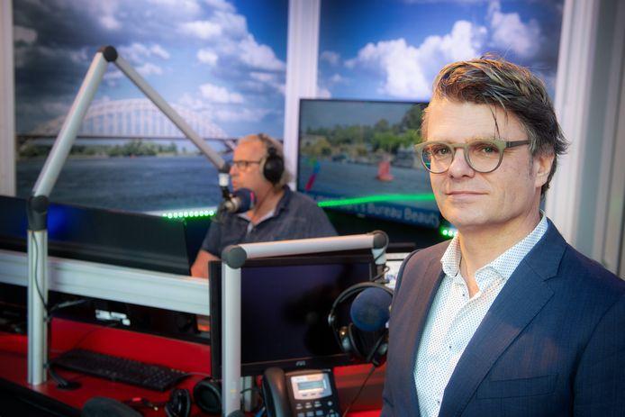 Directeur/hoofdredacteur Raymond Janssen van RN7 in begeerttere dagen, met op de achtergrond Gerry van Campen.