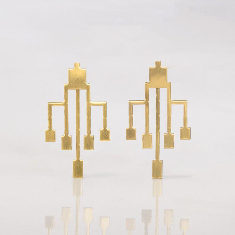 Goudkleurige vijftand-oorbellen. Beeld 1026
