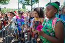 Beeld van de herdenking van de afschaffing van de slavernij in Amsterdam in 2018 biij het  het slavernijmonument op het Surinamplein. Basisschoolleerlingen tijdens de minuut stilte.