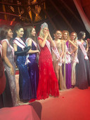 Ekaterina Stella (midden) als winnares van de Miss Supertalent of The World.