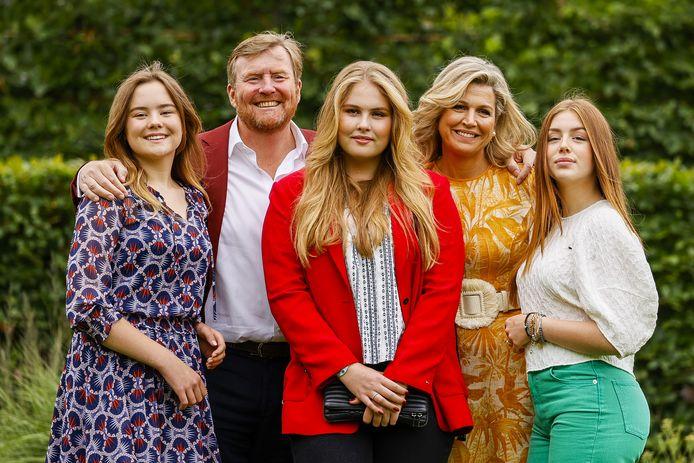 Koning Willem-Alexander, koningin Maxima, kroonprinses Amalia, prinses Alexia en prinses Ariane tijdens de zomerfotosessie bij Paleis Huis ten Bosch.