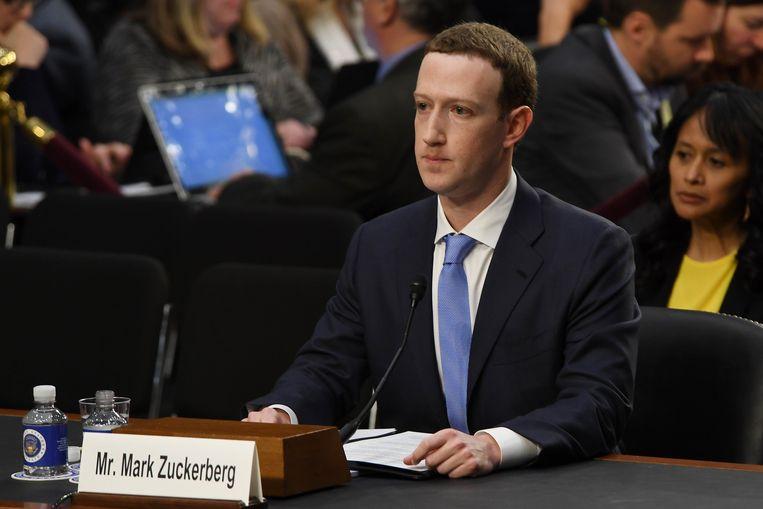 """Mark Zuckerberg tijdens de vijf uur durende hoorzitting. Zuckerberg ging van start met een resem excuses. """"Het was mijn fout, en het spijt mij. Ik heb Facebook opgestart, ik leid het en ik ben verantwoordelijk voor wat er gebeurt"""""""