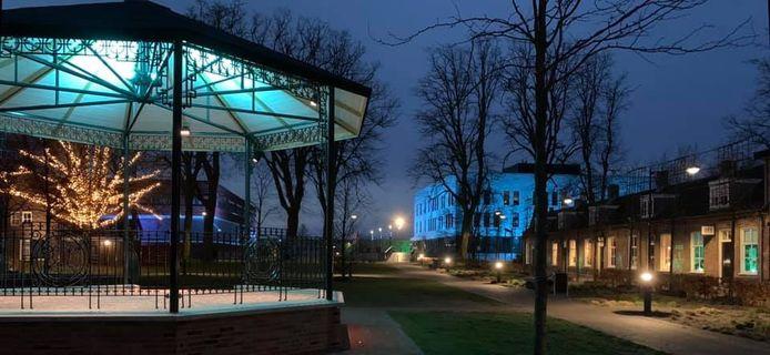 Ook de kiosk die na 84 jaar weer terug is in het centrum van Waalwijk baadt 's avonds in het blauwe licht.