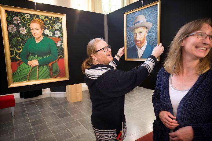 Fotograaf Marc Boom hangt zijn foto's op in de Van Gogh Kerk in Etten Leur.