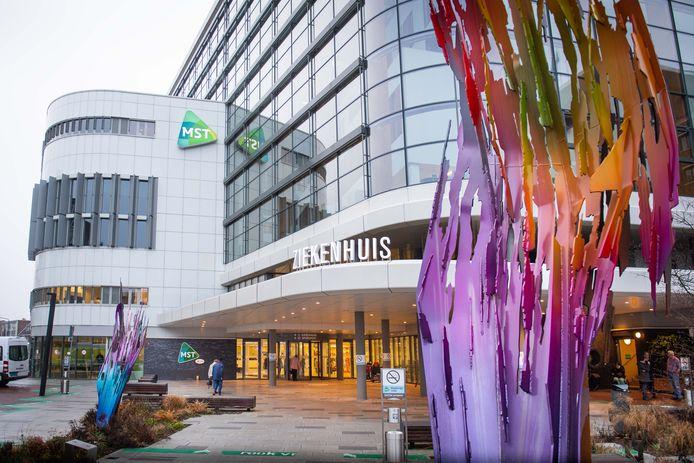 Het aantal coronabesmettingen in Twente neemt toe. Om patiënten en bezoekers zo goed mogelijk te beschermen tegen het coronavirus scherpt MST met onmiddellijke ingang de bezoekersregeling aan