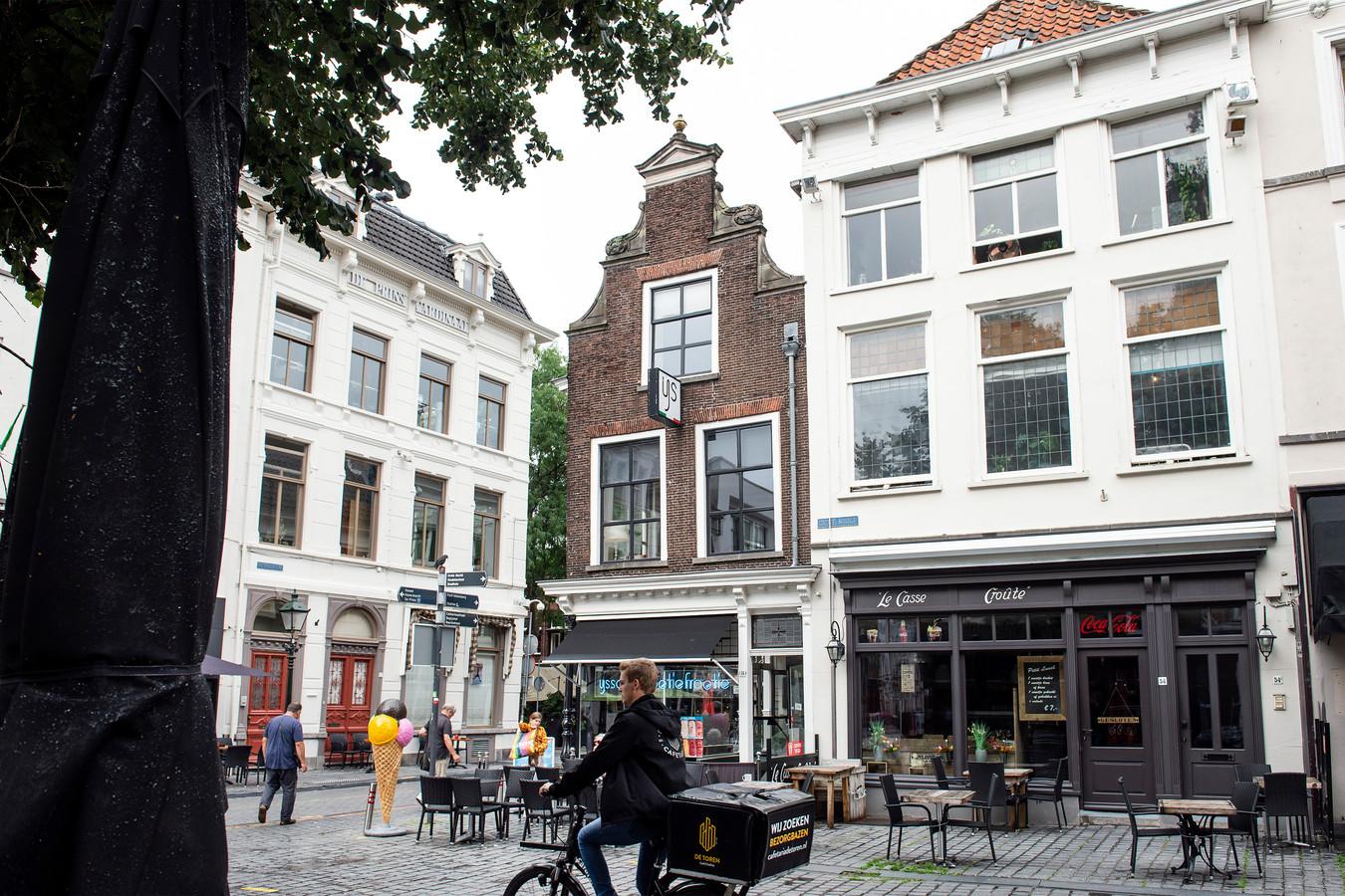 Le Casse Croute, al jaren een bekende zaak op de Grote Markt in Breda. Links ijssalon Toetie Froetie.