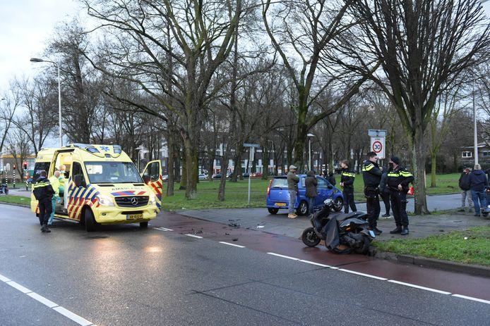 De scooterrijder werd naar het ziekenhuis vervoerd.