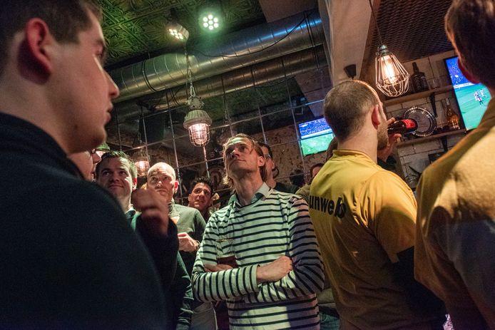 Bedrukte gezichten in sportsbar Old Dutch, Feyenoord blijft maar scoren.