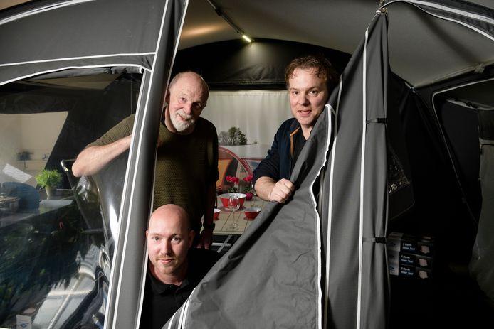 Vader Fred Grunder (links) met zonen Wouter (rechts) en Frank (gehurkt) in de showroom van Fortex.