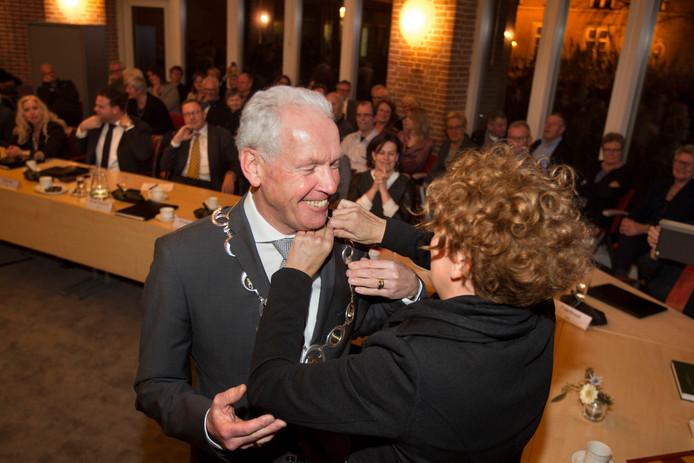 Peter Maas onthult maandag 17 december een geschenk aan Meierijstad. Op deze foto wordt hij onderscheiden tot ereburger van Sint-Oedenrode.