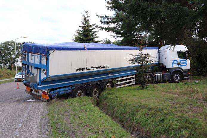 Vrachtwagen vol aardappelen komt vast te zitten in sloot Westelbeers.