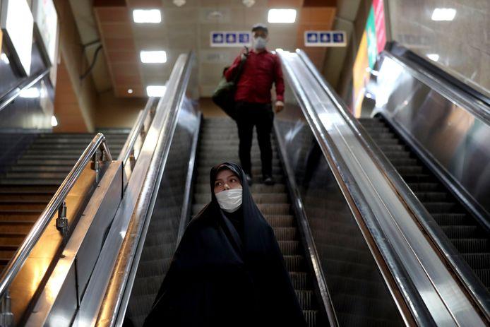 Mensen dragen mondmasker in metrostation te Teheran, Iran