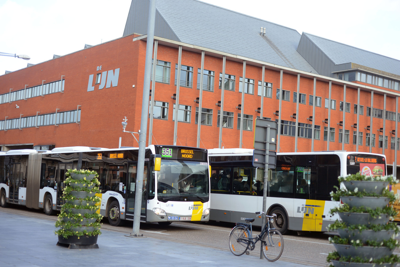 Illustratie lijnbussen aan het station van Leuven