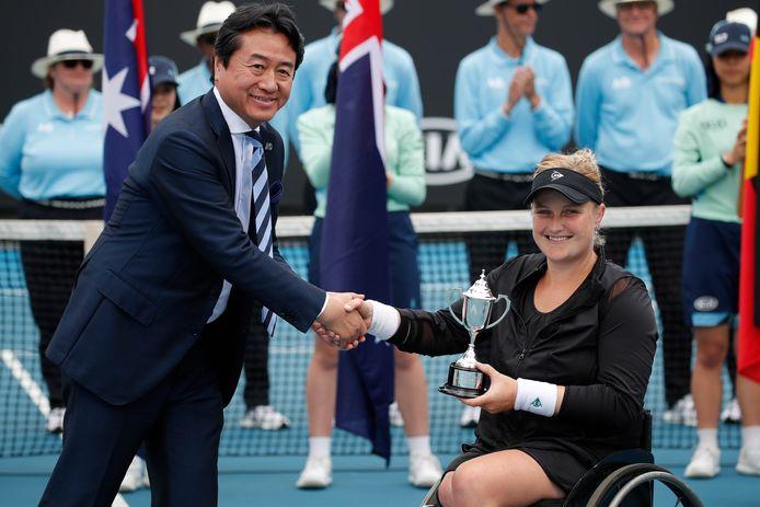 Aniek Van Koot wordt gehuldigd na de verloren finalepartij tegen Yui Kamiji in Melbourne.