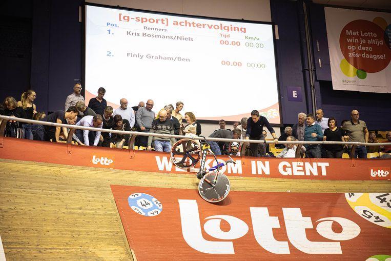 DInsdag belandden 2 G-sporters in het publiek, een fiets bleef aan de balustrade hangen