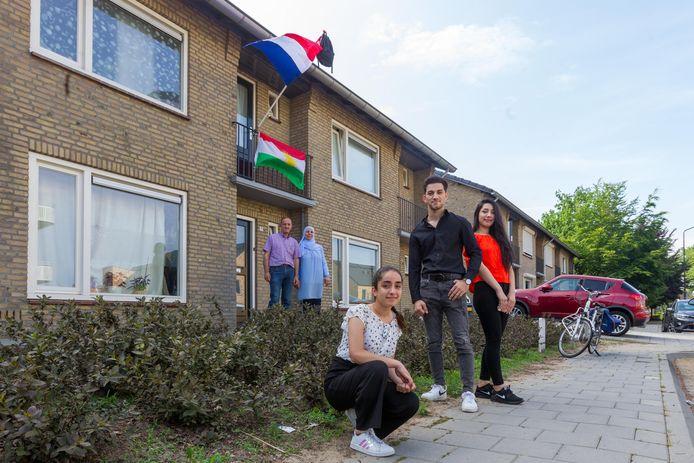 Kamla Mahmoud (rechts) met het hele gezin. Kamla was dit jaar ambassadrice van ROC Ter Aa geweest. Gewonnen heeft ze niet, maar ze is wel ver gekomen.