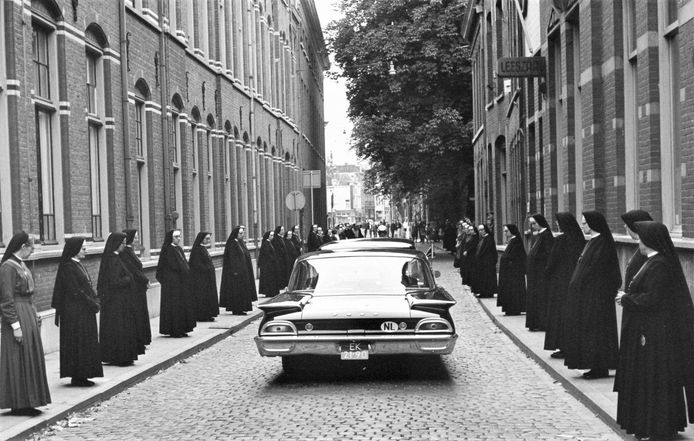De zusters van de Choorstraat vormen een erehaag als de auto met daarin de kist met het stoffelijk overschot van bisschop Mutsaerts in augustus 1964 van hun klooster naar het bisschopshuis aan de Parade wordt gebracht.