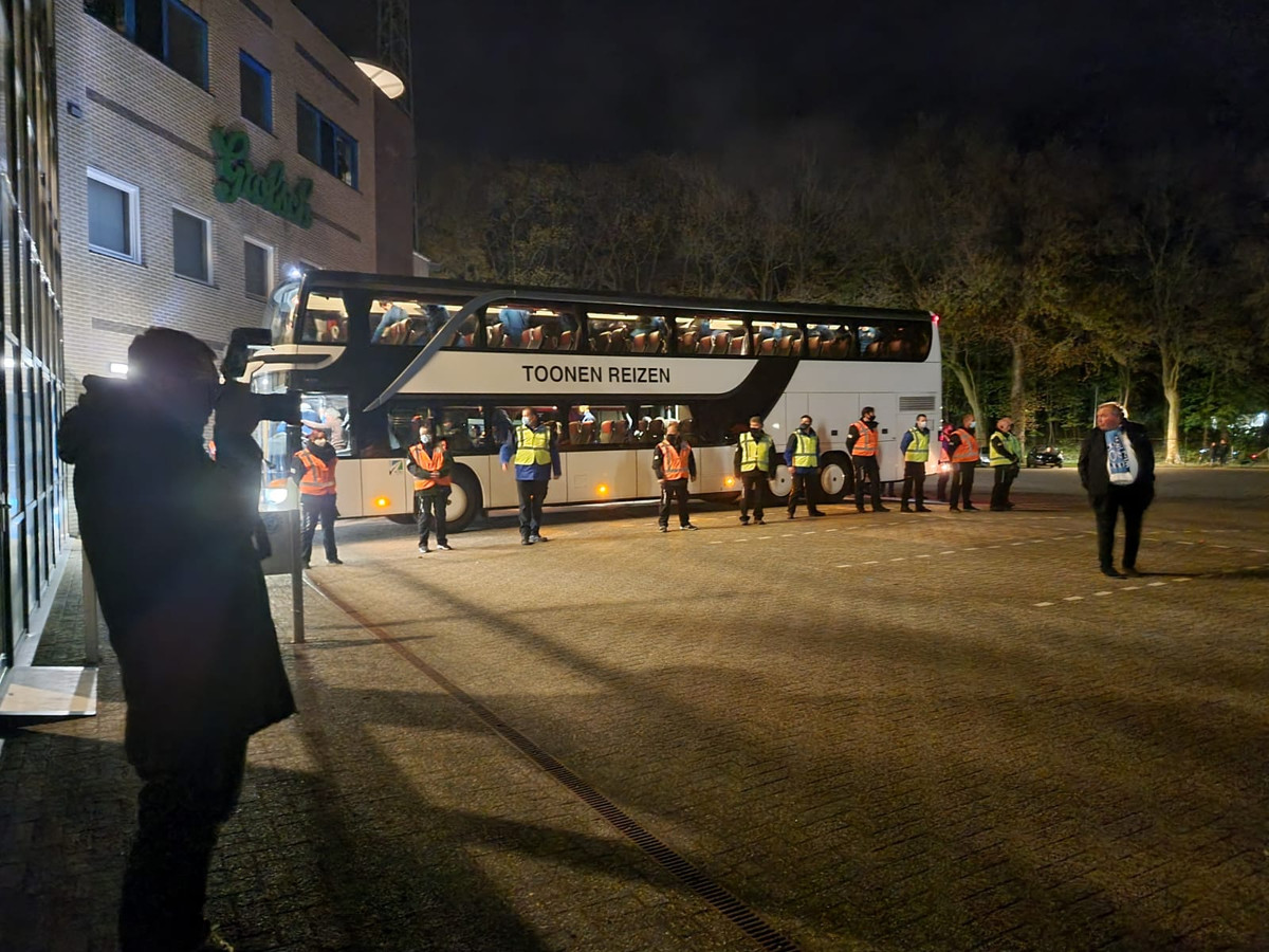 De spelersbus van De Graafschap komt aan bij het stadion.
