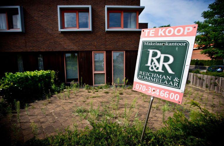 Een verkoopbord in de tuin van een woning in Den Haag, waar de vraag naar huizen is gestegen.  Beeld anp