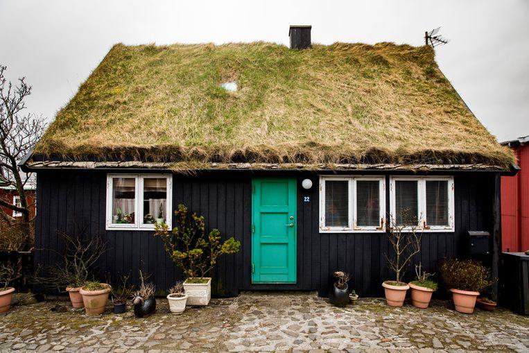 Een traditioneel huisje met grasdak in de hoofdstad Tórshavn.   Beeld Marie Wanders