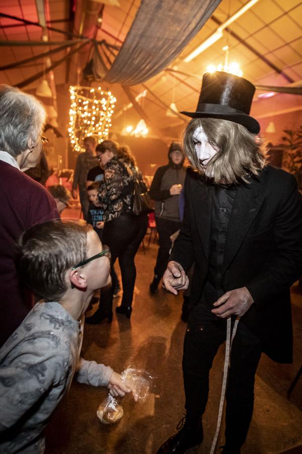 Wilco Platenkamp joeg als doodgraver met meetlint oude én jonge gasten schrik aan.