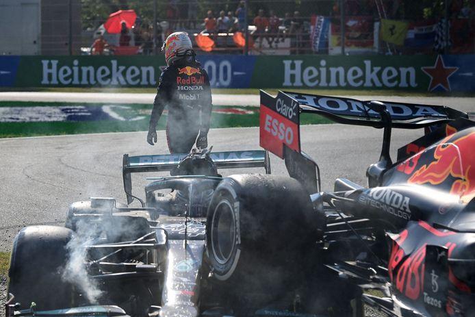 Max Verstappen loopt weg na de crash met Lewis Hamilton.