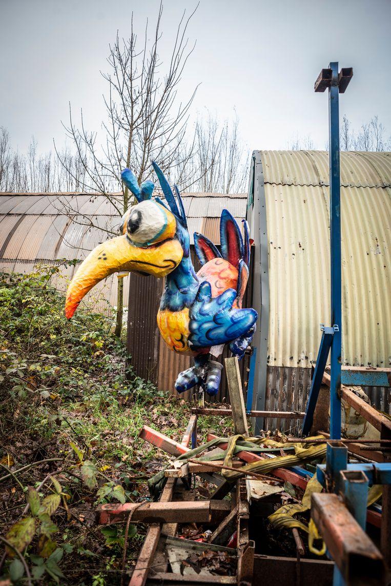 In de tuin van de bouwschuur van CV de Dwarsliggers ligt nog een restant van een van de praalwagens van vorig jaar. Beeld Roos Pierson