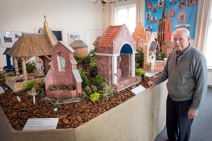 rijsbergen-foto : ron magielse Frans Mathijssen heeft alle kapelletjes van Rijsbergen op schaal nagemaakt en exposeert ze in museum De Weeghreyse.
