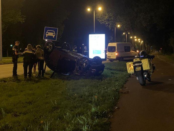 Een automobilist sloeg over de kop op de Albert Schweitzerdreef langs Overvecht.