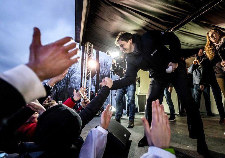 FVD-lijsttrekker Thierry Baudet schudt handen met aanhangers in het Westerpark tijdens een campagnebijeenkomst op verkiezingsdag.  Beeld ANP
