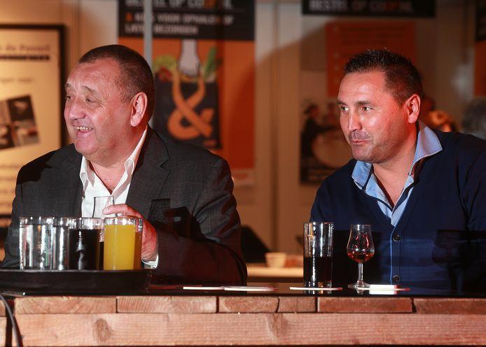 Jimmy Calderwood (links) met zijn zoon Scott tijdens een sportcafé in Babberich.