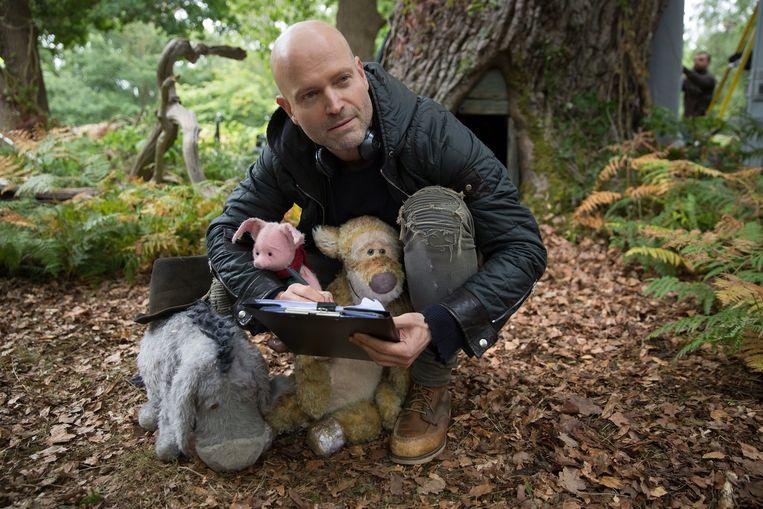 Regisseur Marc Forster met Eeyore, Piglet en Tigger op de set van Disney's CHRISTOPHER ROBIN. Beeld Laurie Sparham