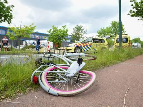 Fietser zwaargewond bij aanrijding met vrachtwagen in Veenendaal; traumaheli geland