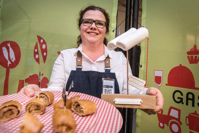 breda-foto : Pix4Profs/Ron Magielse Suzanne van der Poll is winnaar geworden van wedstrijd 'het worstenbroodje van de toekomst'.