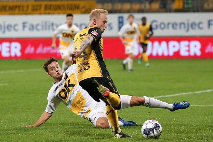 Colin Rösler tracht met een sliding een voorzet van Patrick Pflücke eruit te halen.