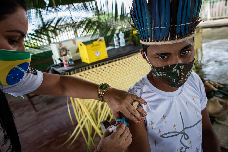 Een man in het Amazonegebied in Brazilië wordt gevaccineerd tegen het coronavirus. Beeld EPA