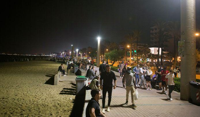 De boulevard van Playa de Palma op Mallorca, de locatie waar de agressieve Nederlanders woensdagnacht toesloegen. De mensen op deze foto hebben niets met de zaak te maken.