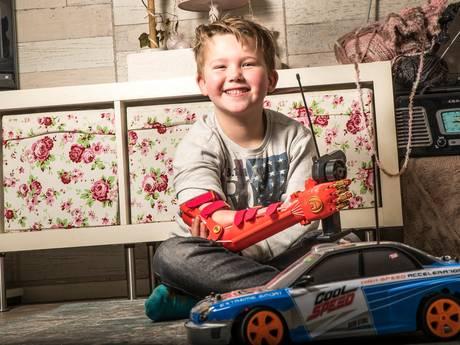 Robotarmprothese maakt Taiden (6) dolgelukkig