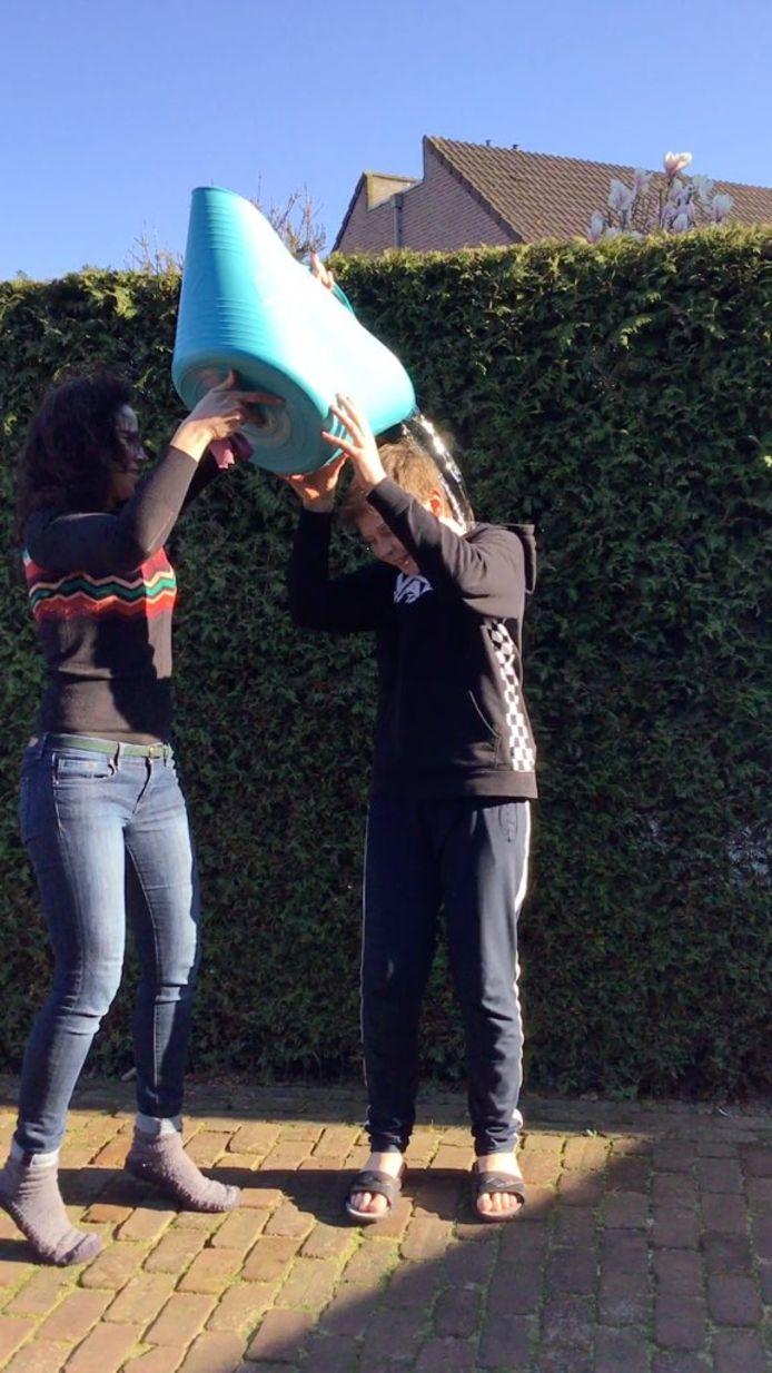 Voor sommige opdrachten uit het spel van Uitjesbazen heb je een emmer water nodig en een vrijwilliger.