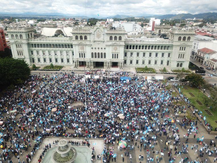 Op het Plein van de Constitutie in Guatemala-Stad kwam een grote menigte bijeen om te demonstreren tegen president Giammattei en de begroting voor komend jaar. Beeld EPA
