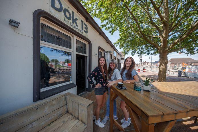 Dok 13 opent haar deuren weer op 1 juni aanstaande. Met een nieuw terras. Daar zijn Sylvia, Tulla en Layla van Tilborg erg blij mee.