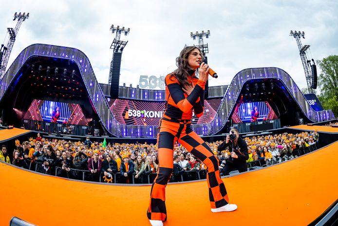 Een optreden van Maan tijdens 538 Koningsdag in Breda, editie 2019.