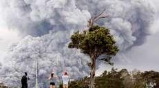 fotoreeks over Vulkaan Kilauea uitgebarsten: as en stenen kilometers hoog de lucht in gespuwd