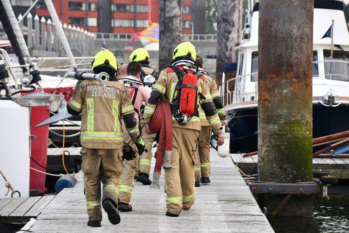 Brandweerlieden op de steiger in de jachthaven van Breskens.