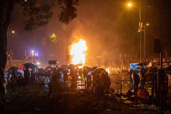 Een door de demonstranten gemaakte bom ontploft op de campus.